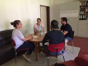Koordinatorin Dr. Julia Miredin (2. v.l.) und Studentin im Gespräch mit Sprachmittler und Patient
